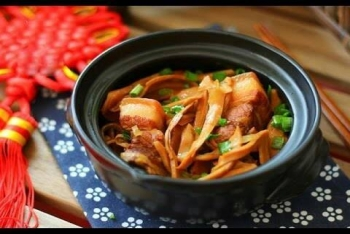 Meat cooked with bamboo shoot