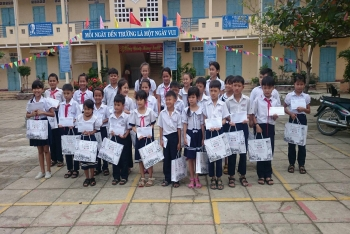 GIVE THE GIFTS FOR POOR PUPIL WHO TRY TO OVERCOME DIFFICULTIES IN CAM THINH DONG - CAM RANH - KHANH HOA PROVINCE
