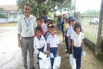 GIVE THE GIFTS FOR POOR PUPIL WHO TRY TO OVERCOME DIFFICULTIES IN CAM THINH TAY 1- CAM RANH - KHANH HOA PROVINCE
